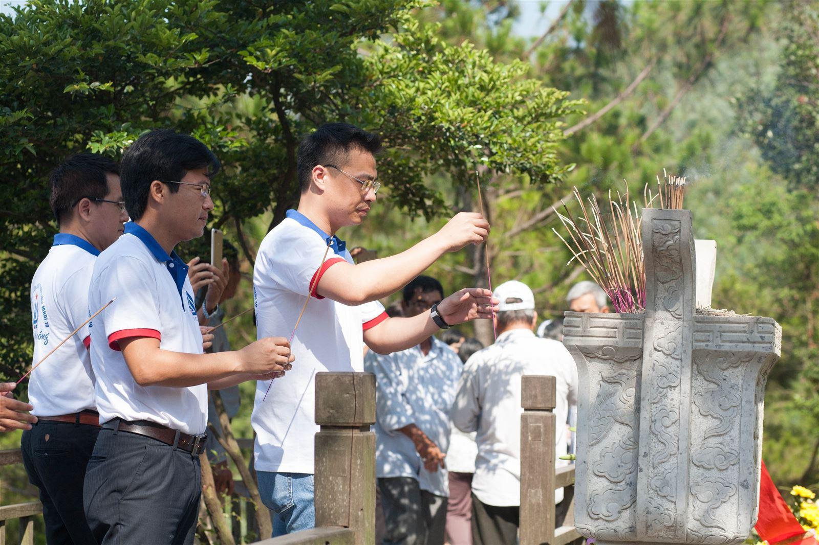Thăm viếng mộ Đại tướng Võ Nguyên Giáp tại Vũng Chùa - Đảo Yến